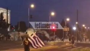 Инциденти на протестите во Грција – маскирани лица ја напаѓаат полицијата со пиротехнички  средства, а тие пуштаат солзавец (ВИДЕО)