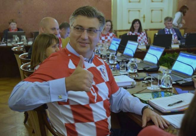 """,,Во недела сме прваци"""" – порачаа утрово на владината седница премиерот и министрите облечени во фудбалски дресови (ФОТО)"""