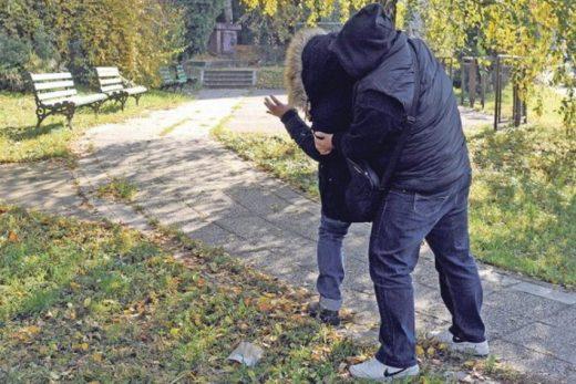 Внимавајте: Русокосо момче напаѓа жени на Партизанска во Скопје