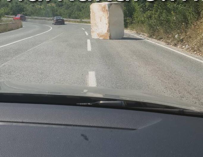 Мермерен блок од 20 тони, се истркала на пат