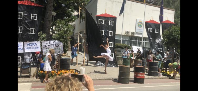 Охриѓани и странски туристи со протестен перформанс во заштита на градот и крајбрежјето