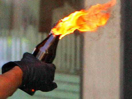 Демонстрантите во Тирана фрлаа молотови коктели кон полицијата