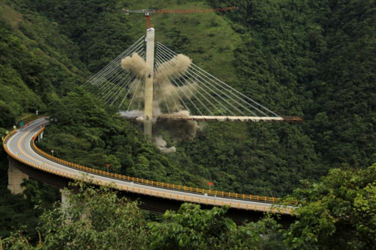 Користеле 200 килограми експлозив: За неколку секунди срушен огромен мост (ВИДЕО)