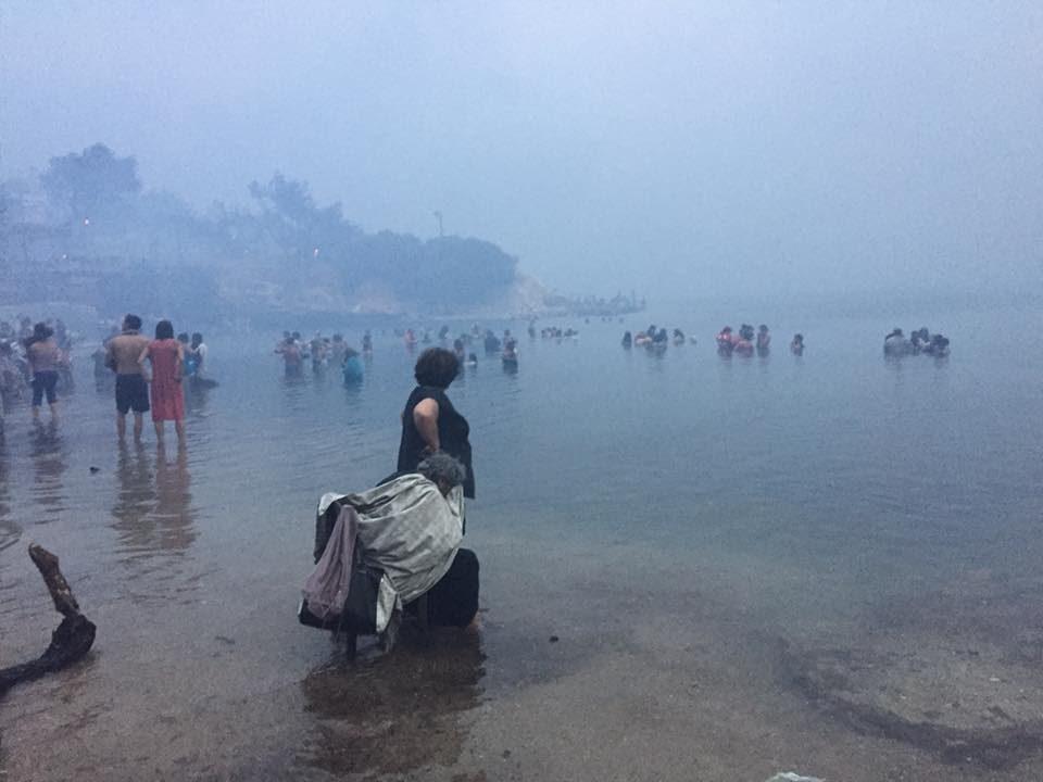 """Новинар стигна на местото каде изгореа 26 лица – ,,Ова во Атика е црн пекол"""" (ФОТО)"""