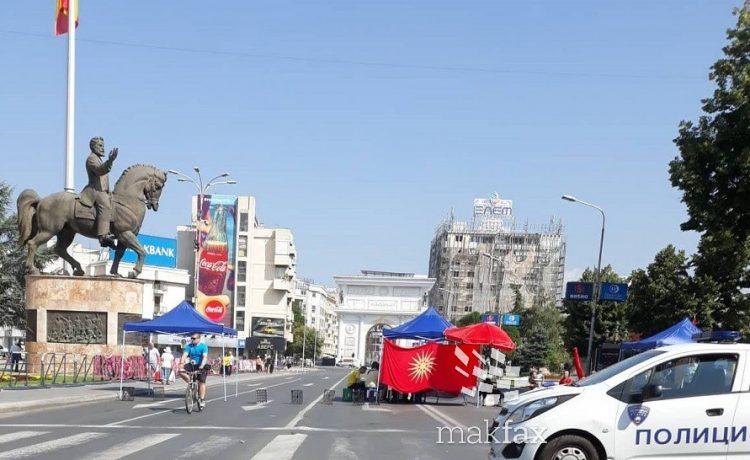 Уште од 8 часот блокирана улицата пред Собрание
