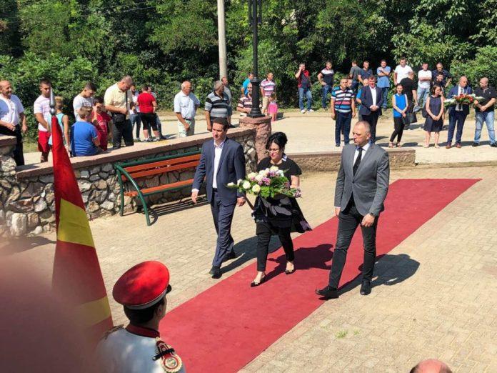 Делегација од ВМРО-ДПМНЕ положи цвеќе пред споменикот на загинатите бранители во Љубанци