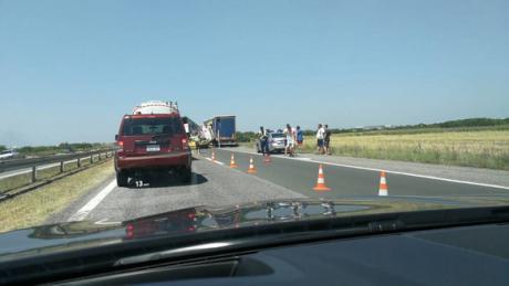 Страотна несреќа на автопат: Се судрија камиони и автомобил, повредено дете