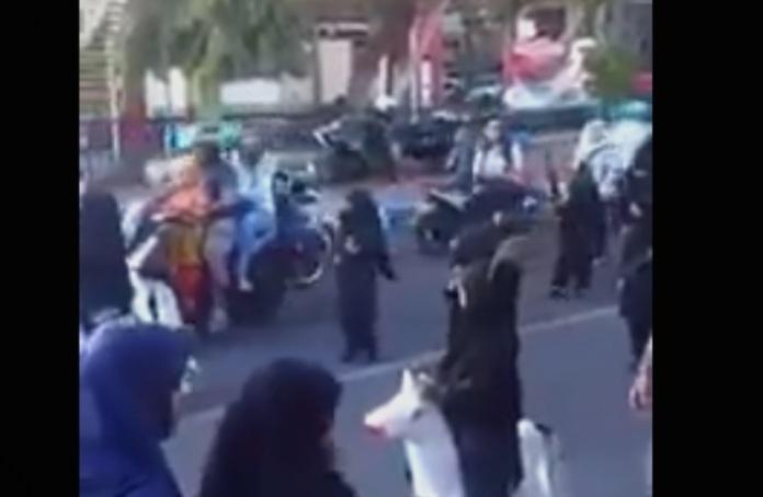Деца од градинка парадираат облечени како терористи (ВИДЕО)