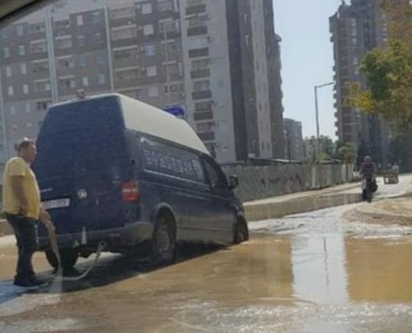 Во дупка во Аеродром пропадна полициско комбе (ФОТО)
