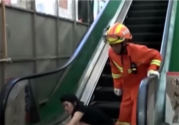 Пекол во супермаркет во Кина: Раката на девојчето се заглавила во подвижните скали (ВИДЕО)