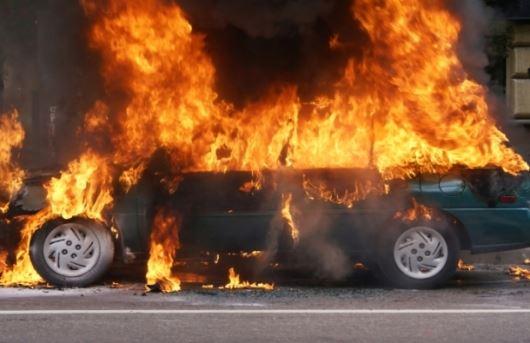Изгоре автомобил во кумановско – кога се приближиле пожарникарите експлодирала и боца