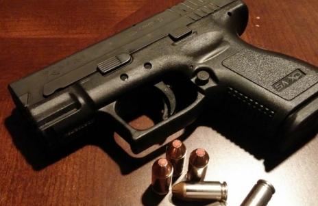 ТРАГЕДИЈА: 2-годишно момче се застрелало со пиштолот на неговата мајка, мислело дека е играчка