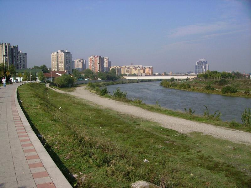 Продолжува чистењето на коритото на реката Вардар
