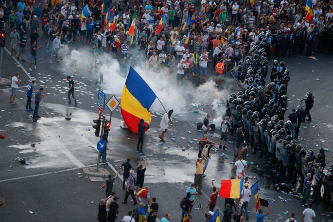 Хаос во Романија: Над 400 лица повредени во судир со полицијата (ФОТО+ВИДЕО)