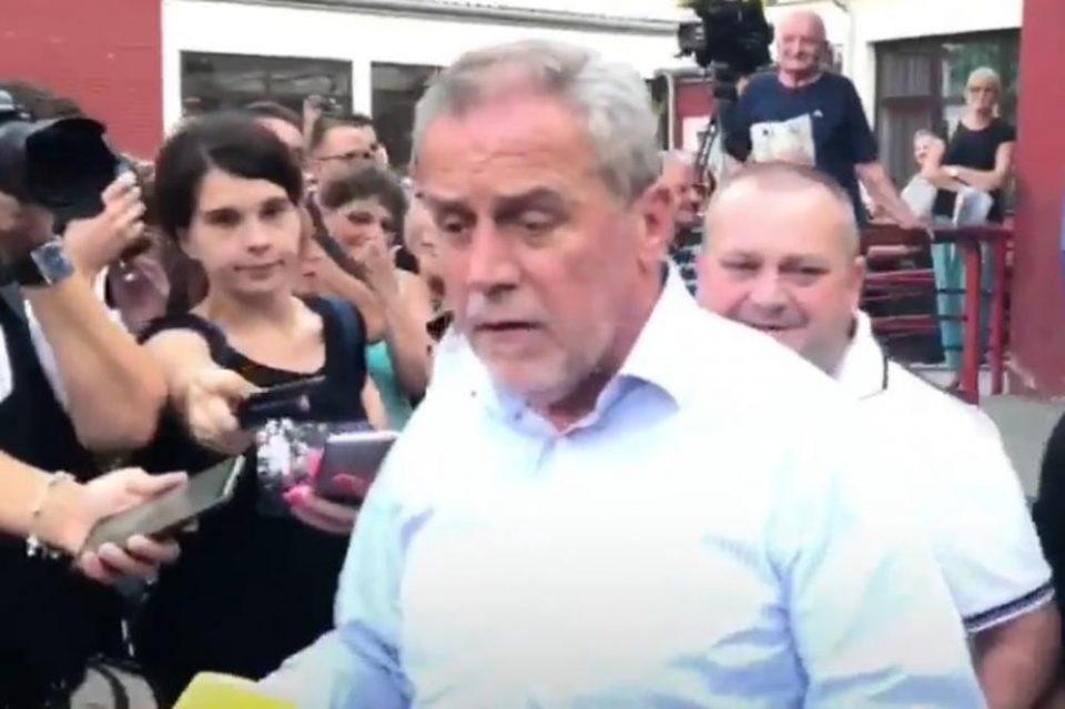 Гневни граѓани нападнаа градоначалник, го гаѓаа со јајца и му го кршеа автомобилот (ВИДЕО)