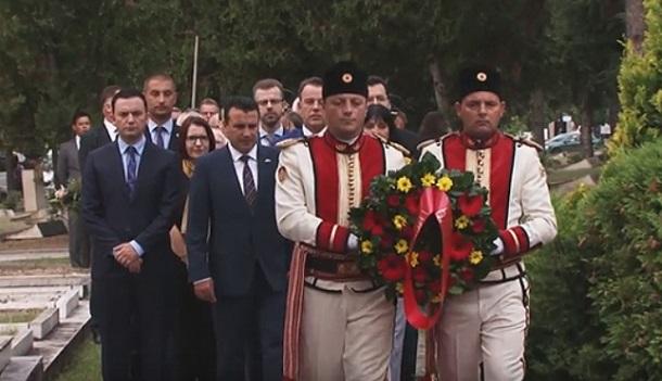 Делегација предводена од Заев положи цвеќе на вечните почивалишта на Глигоров и на Трајковски