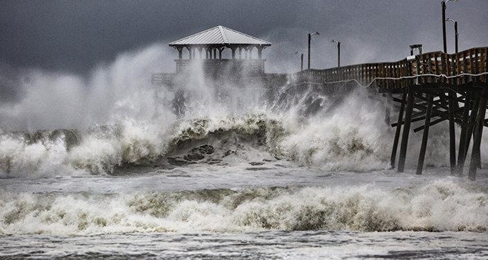 """Ураганот """"Флоренс"""" донесе огромни бранови, се очекуваат и поплави"""