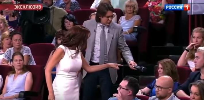 Драма сред емисија: Актерката и удри шамар на жена од публиката (ВИДЕО)