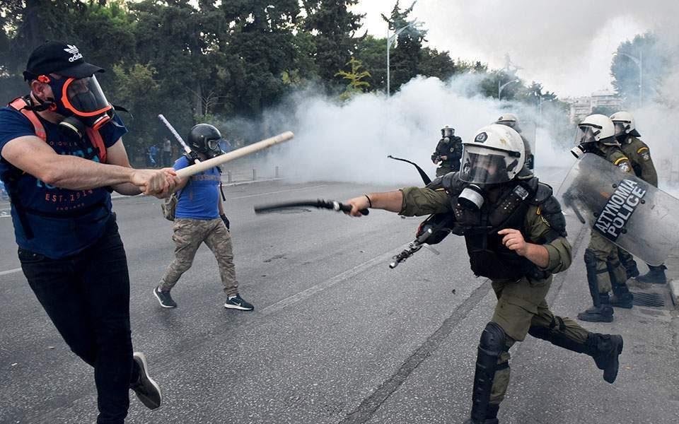 (ВИДЕО) Полицијата брутално тепа демонстранти во Солун