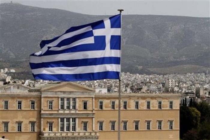 Зголемен бројот на грчки знамиња на балкони во Атина поради Договорот од Преспа