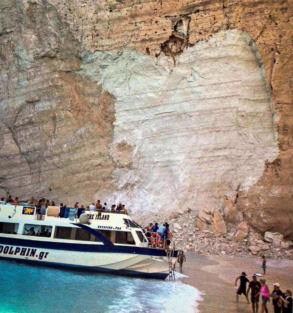 Туристите во паника: Се одрона карпа на плажа на Закинтос – едно лице повредено (ВИДЕО)