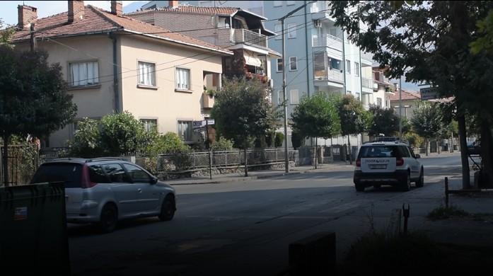 Полиција пред домовите на Арнаудов и Василевски