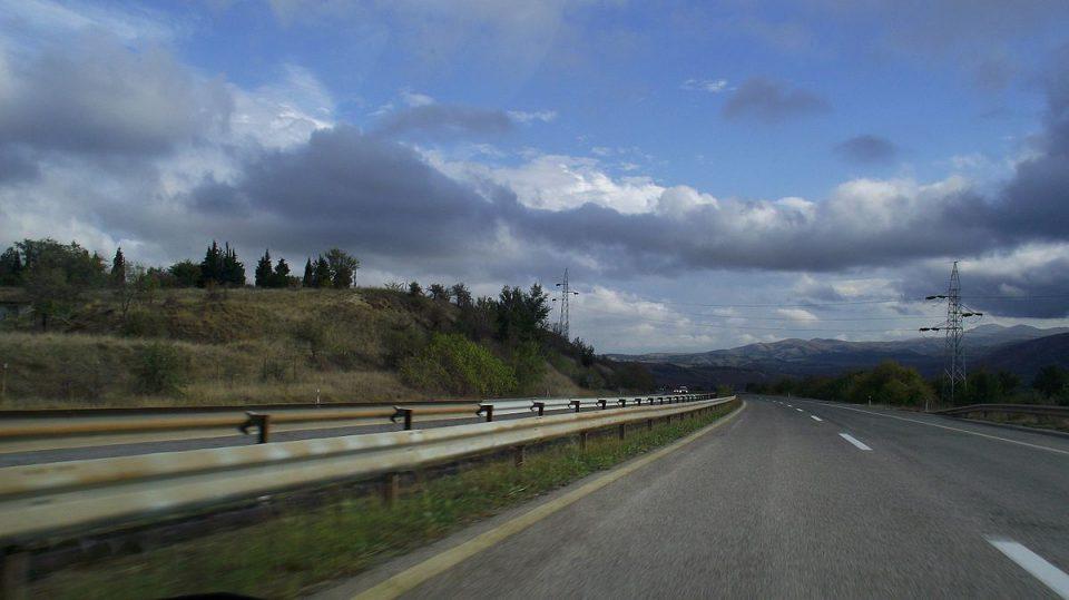 Тешка сообраќајка кај Камен дол – сообраќајот целосно блокиран