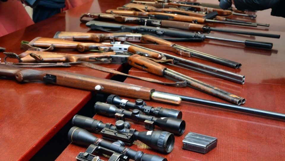 Фатен тетовец со полна торба оружје и муниција
