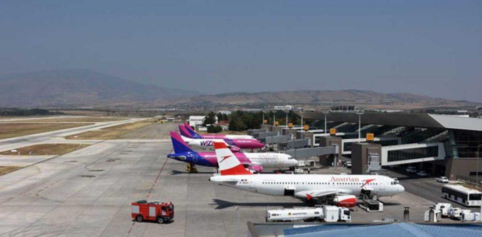 На скопскиот аеродром заглавени се повеќе од 150 македонски туристи!