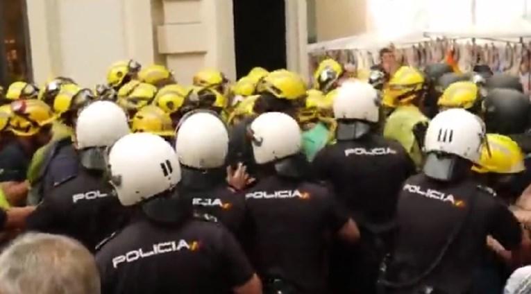 (Видео) Протести во Шпанија, судир на полицајци и пожарникари