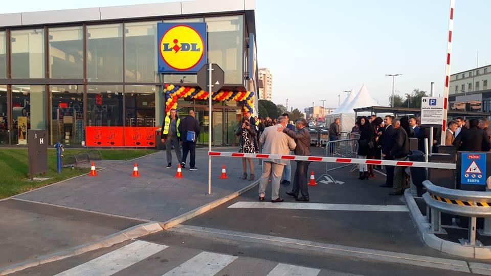 """Хаос во """"Лидл"""" Србија: Луѓето се испотепаа за пилиња (ВИДЕО)"""