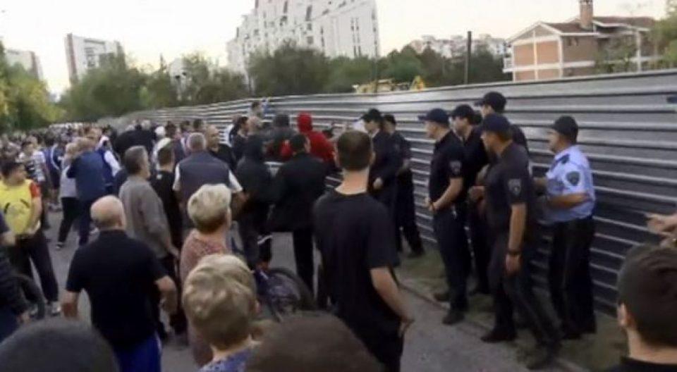 """(Видео) Гневните граѓани од Аеродром се обидоа самите да ја урнат оградата на градилиштето близу """"Мајчин Дом"""""""