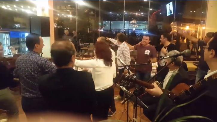 """Трифун пее """"Ако одам во Битола"""": Градоначалничката и директорот на РЕК први на оро (ВИДЕО)"""