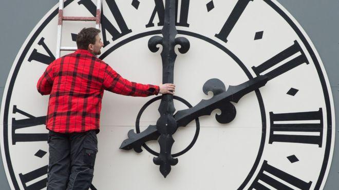 Владата ќе донесе одлука: Стрелките на часовникот ќе се поместат за последен пат