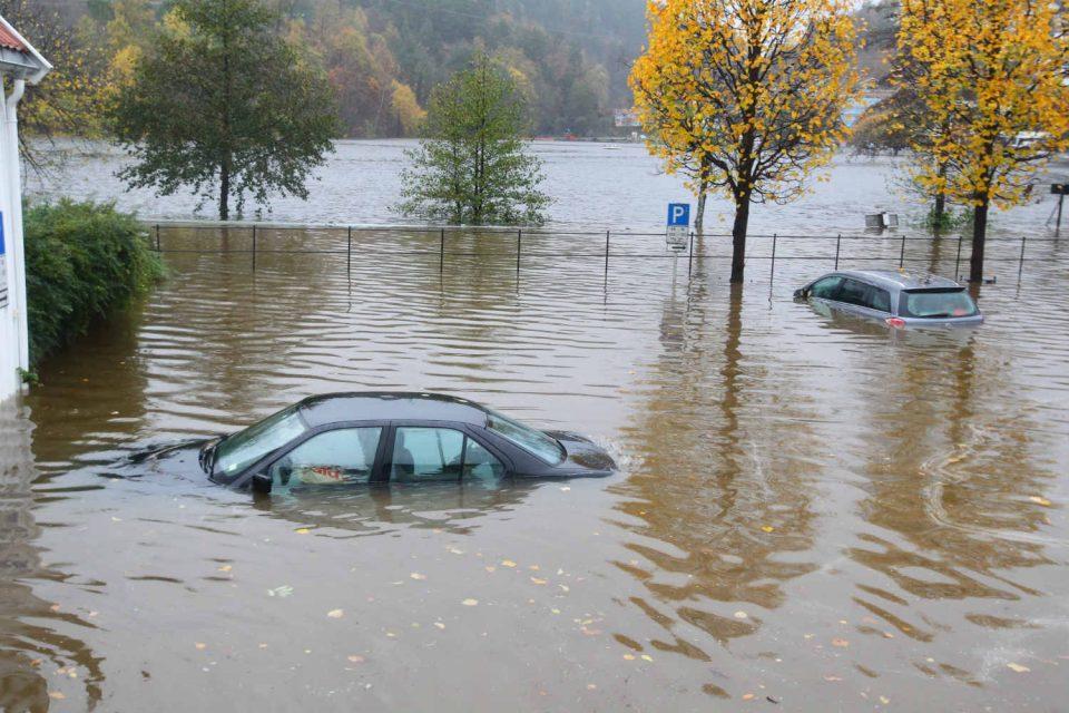 (Застрашувачко ВИДЕО) Големи поплави во Шпанија, улиците претворени во реки
