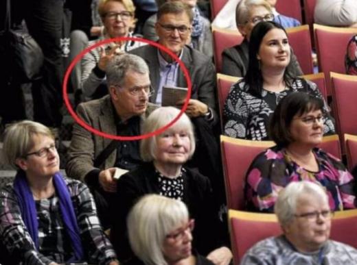Претседателот на Финска не можел да најде место на Саем на книга, па седнал на скали