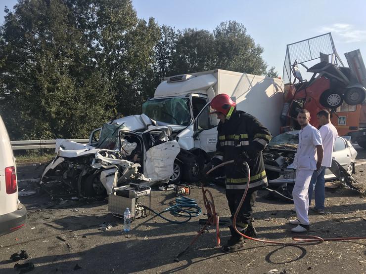 Преживеаните раскажуваат за пеколот кој се случи вчера во Србија: Се слушна морбиден звук, имаше крв насекаде