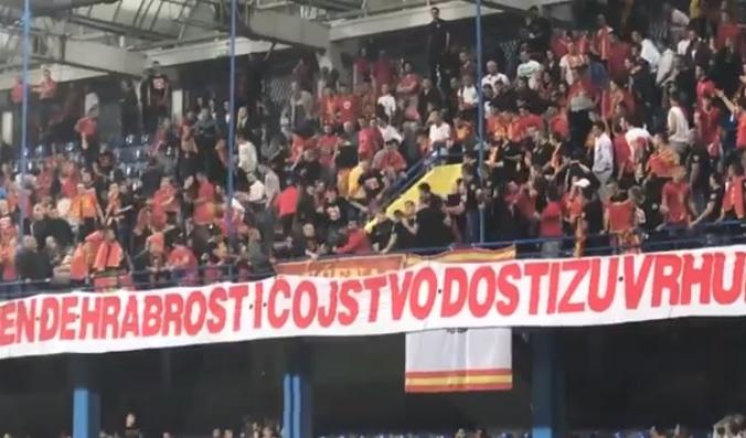 (ВИДЕО) Голема тепачка на стадион за време на фудбалскиот натпревар меѓу Црна Гора и Србија