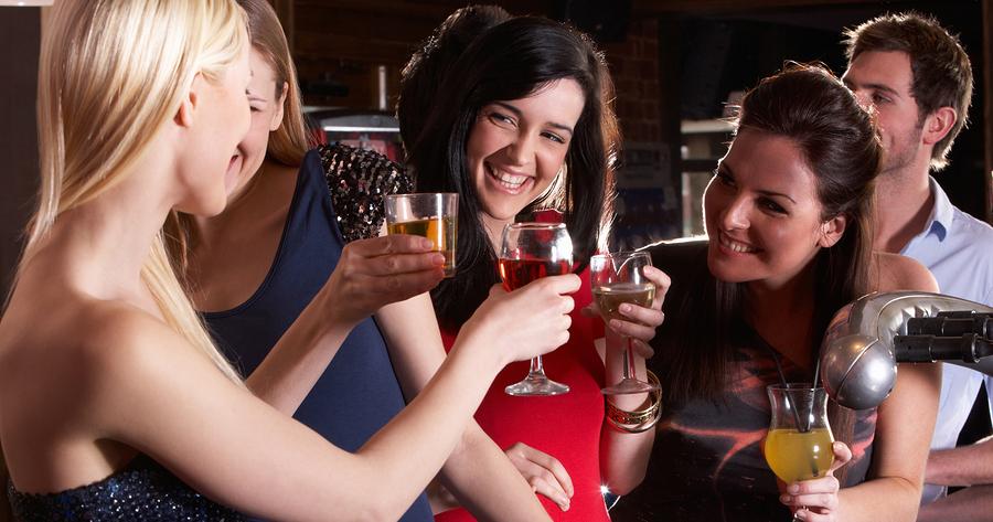 Ново истражување: Жените пијат повеќе алкохол од мажите