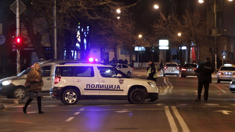 Скопјанец украл возило, прегазил полицајци, оштетил возила и почнал да бега трчајќи додека полицајци го бркале