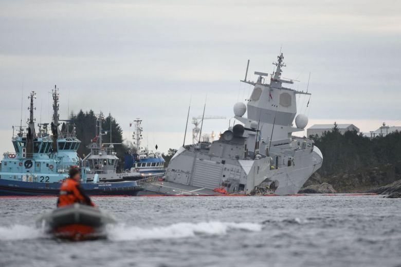 (ВИДЕО) Норвешка: Воен брод се судри со танкер