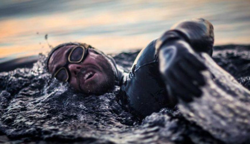 Рос Еџли е првиот човек на планетата, кој со пливање ја обиколи цела Велика Британија