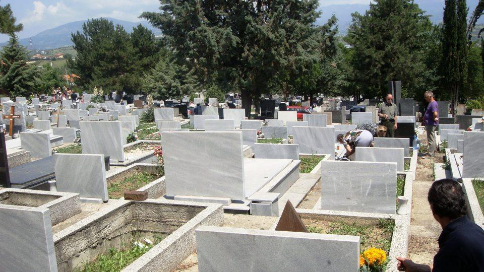 Украдени над 10 бисти од гробиштата во Бутел