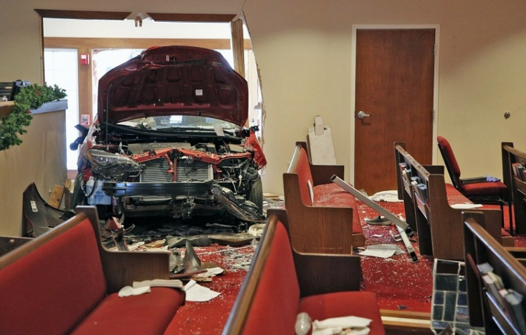 Автомобил се забил во црква и го уништил витражот – има повредени