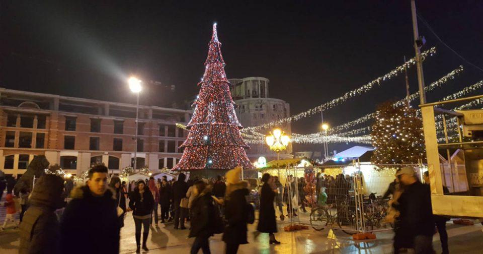 Блесна новогодишната елка на плоштадот во Скопје