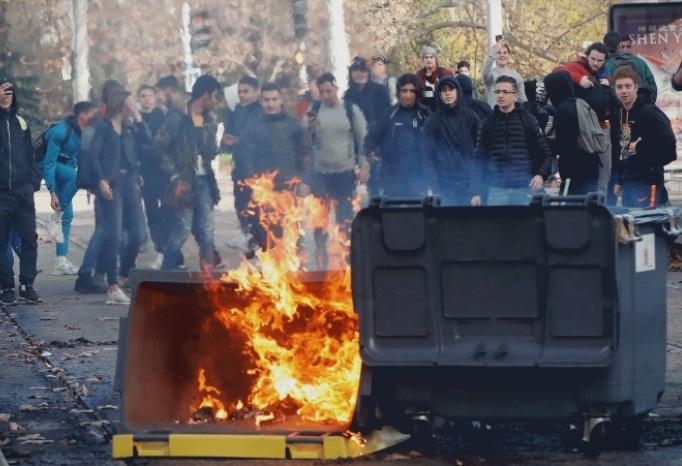 Франција: Уапсени 146 лица, опожарени автомобили и средношколци се судрија со полиција
