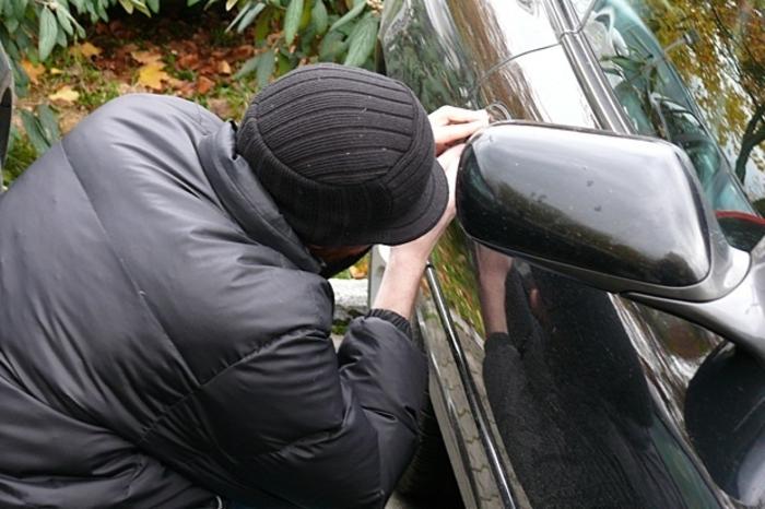 Сакал да украде автомобил, па се заклучил и се заглавил во него