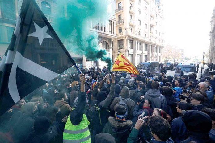 (ВИДЕО) Нови протестите во Барселона, блокирани неколку авении