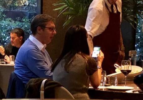 ФОТО: Вучиќ ручал во елитен ресторан во Њујорк – откриено колкава била сметката