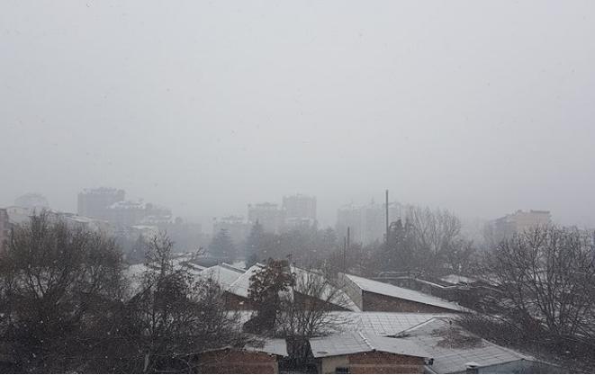 (ФОТО) Во моментов снег во Скопје: Се исполнуваат очекувањата на УХМР